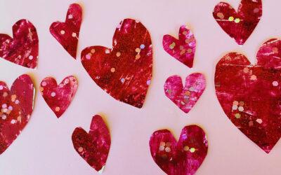 יצירה עם כרטיס פלסטיק · לבבות