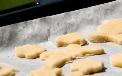עוגיות חמאה בצורות  · אפיה